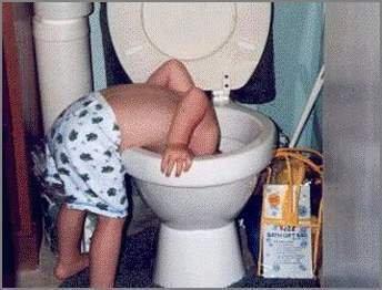 Copil care invata sa foloseasca toaleta