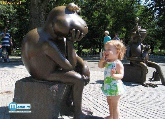 Statuia amuzanta si fetita uimita