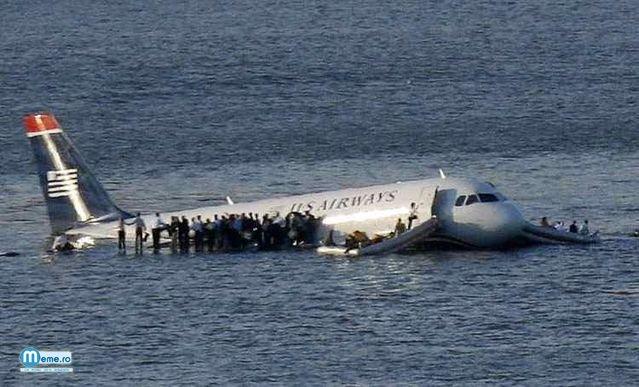 Avion in apa