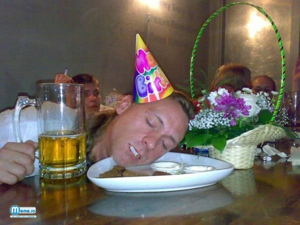 Betiv doarme cu capu in farfurie