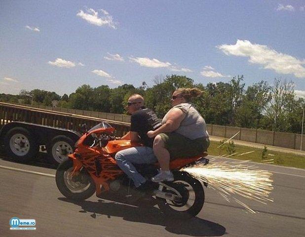 Grasa omoara motocicleta