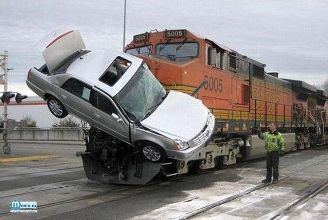 Masina lovita de un tren
