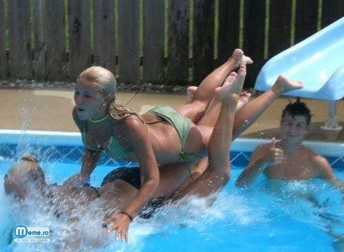 Fete frumoasa la piscina