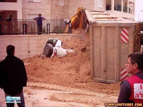 Muncitori atenti la ce se intampla in jurul lor :))