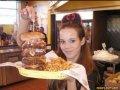 Chelnerita si burgerul