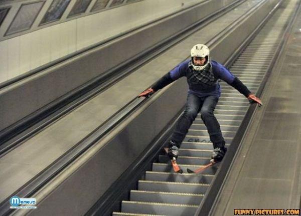 Cu schiurile pe scarile rulante