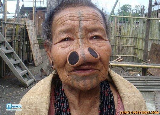 Femeie batrana obiecte ciudate in nas