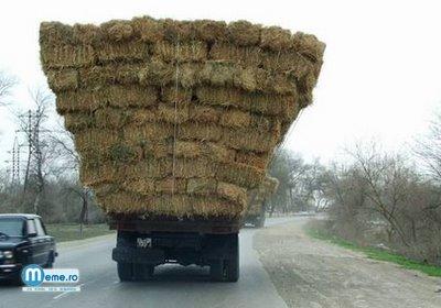 Camion incarcat cu baloti