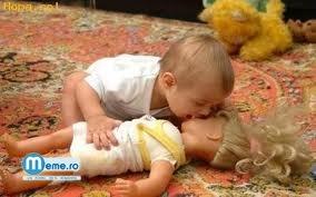 Bebe se iubeste cu o papusica