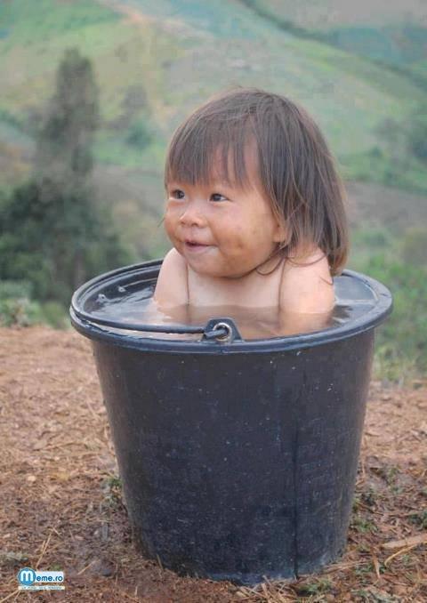 Ce haios.. Un copil in galeata cu apa